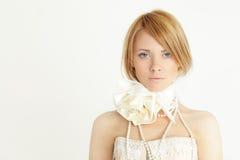 Modeflickan med guppar frisyr Arkivfoton