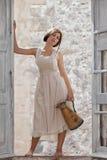 Modeflickan, mjölkar hembiträdet med tillbringaren Royaltyfria Bilder