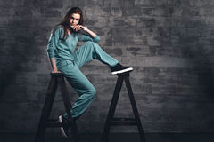 Modeflickastående i grå studio Royaltyfri Foto