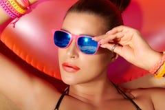 Modeflickastående. Härligt solbada för ung kvinna Arkivfoto