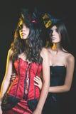 Modeflickor som firar allhelgonaaftonen 2016 Haloween dräkter Arkivfoton