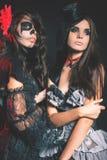 Modeflickor som firar allhelgonaaftonen 2016 Haloween dräkter Fotografering för Bildbyråer