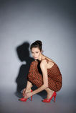 Modefor av en ung kvinna i en brun klänning Royaltyfri Bild