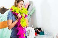 Modeformgivare eller skräddare som arbetar i studio Arkivbilder