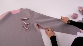 Modeformgivare eller skräddare som arbetar med tyg på studion Arbetsplats av s?mmerskan L?ra att sy stock video