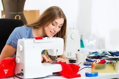 Modeformgivare eller skräddare som arbetar i studio Royaltyfri Bild