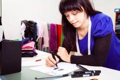 Modeformgivare In Her Studio Royaltyfri Foto