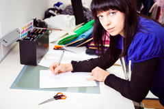 Modeformgivare In Her Studio Arkivfoton