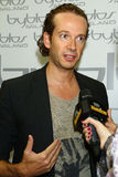 Modeformgivare Manuel Facchini i kulisserna under den Byblos showen som en del av Milan Fashion Week Arkivfoton