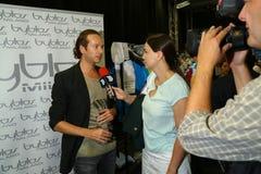 Modeformgivare Manuel Facchini i kulisserna under den Byblos showen som en del av Milan Fashion Week Royaltyfri Bild