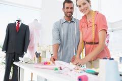 Modeformgivare på arbete i ljus studio royaltyfri foto