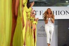 Modeformgivare på den rumänska modeshowen i den Bucharest staden royaltyfri foto