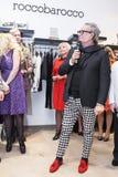 Modeformgivare Rocco Barocco på invigningsdagen av det första mono-märke lagret i Ryssland Arkivfoto