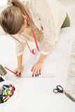 Modeformgivare With Sewing Pattern Arkivfoto