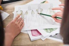 Modeformgivare som arbetar med ritningar av modeller Arkivbilder