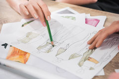 Modeformgivare som arbetar med ritningar av modeller Royaltyfri Fotografi