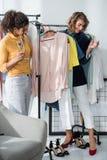 Modeformgivare som dricker champagne royaltyfria bilder