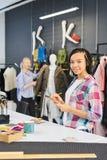Modeformgivare som syr kläder arkivbild