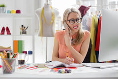 Modeformgivare som talar på telefonen Arkivbild