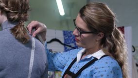 Modeformgivare som tar mätningar av kunden arkivfilmer