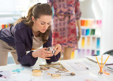 Modeformgivare som väljer tillbehör Arkivfoto