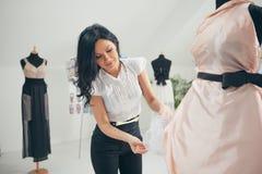 Modeformgivare Working på hennes studio Arkivfoto