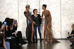 Modeformgivaren Inbal Dror (C) och modeller går på den Inbal Dror Bridal Fall Winter landningsbanashowen 2016 arkivbild