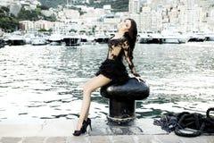 Modefoto av att posera för brunettskönhet. Arkivfoto