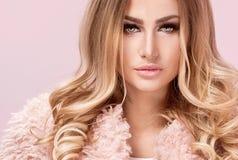 Modefoto av den blonda kvinnan i rosa färger royaltyfri fotografi