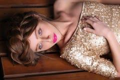 Modefoto av den härliga flickan i lyxig guld- klänning Royaltyfria Foton
