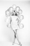 Modefoto av den härliga kvinnan med ballongen. Posera för flicka Arkivfoton