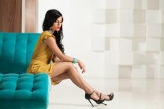 Modefoto av den perfekta unga brunettkvinnan arkivbilder