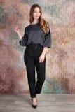 Modefoto av den unga härliga kvinnliga modellen i klänning arkivfoto