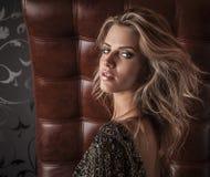 Modefoto av den unga storartade kvinnan i lyxig klänning. royaltyfria foton