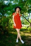 Modefoto av den unga storartade kvinnan som bär trendig sommarkläder royaltyfria foton