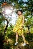 Modefoto av den unga storartade kvinnan som bär trendig sommarkläder arkivfoto