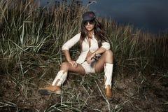 Modefoto der attraktiven Brunettefrauenaufstellung. Stockbild