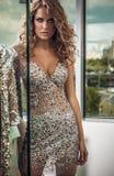 Modefoto der jungen ausgezeichneten Frau im Luxuskleid. Stockfoto