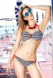 Modefoto des jungen Mädchens in der Badebekleidung Stockfoto