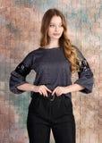 Modefoto des jungen schönen weiblichen Modells im Kleid lizenzfreies stockbild