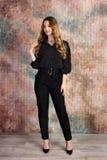 Modefoto des jungen schönen weiblichen Modells im Kleid stockbild