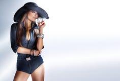 Modefoto des riechenden Parfüms des attraktiven Mädchens. Stockbild