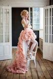 Modefoto des tragenden Hochs und Tiefs-Kleides des schönen Mädchens Lizenzfreie Stockfotografie