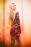 Modefoto von Blondinen im bunten Kleid Lizenzfreies Stockfoto