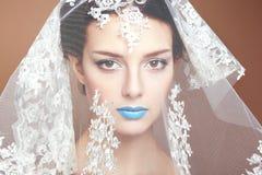 Modefotoet av härliga kvinnor under vit skyler Royaltyfri Bild