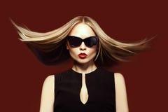 Modefrau in der Sonnenbrille, Atelieraufnahme. Berufsmake-up Lizenzfreie Stockbilder
