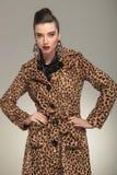 Modefrau in der Tierdruckmantelaufstellung Lizenzfreie Stockfotos