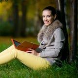 Modefrau, die draußen einen Tablet-Computer herein verwendet Lizenzfreies Stockfoto