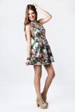Modefrau, die ein hübsches Frühlingskleid trägt Stockbilder