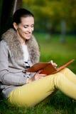 Modefrau, die einen Tablet-Computer im Park verwendet Lizenzfreies Stockfoto